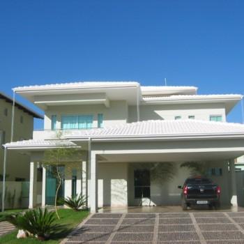 casa-telhado-branco-com-carro-na-garagem